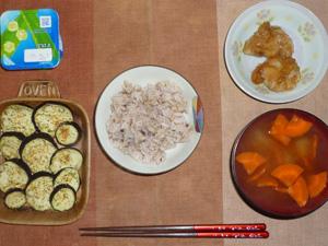 胚芽押麦入り五穀米,若鶏の竜田揚げ×2,茄子のオーブン焼き,人参のおみそ汁,ヨーグルト