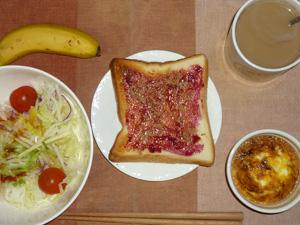 ブルーベリージャムトースト,サラダ,鶏ひき肉と玉葱のココット,バナナ,コーヒー