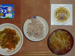 胚芽押麦入り五穀米,納豆,野菜炒め,もやしのおみそ汁,ヨーグルト