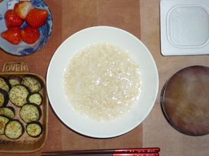 玄米粥,納豆,茄子のオーブン焼き,ワカメのおみそ汁,イチゴ