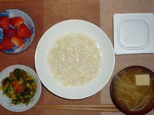 玄米粥,納豆,ほうれん草とミックスベジタブルのソテー,もやしと高野豆腐のおみそ汁,イチゴ