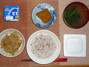 発芽玄米・胚芽押麦入り五穀米粥,納豆,野菜炒め,カボチャの煮物,ほうれん草のおみそ汁,ヨーグルト