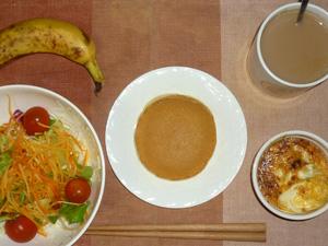 パンケーキ,サラダ,鶏ひき肉と玉葱のココット,バナナ,コーヒー