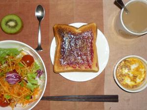 ブルーベリージャムトースト,サラダ,鶏ひき肉と玉葱のココット,キウイフルーツ,コーヒー