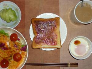ブルーベリージャムトースト,サラダ,目玉焼き,キウイフルーツ,コーヒー