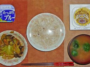 胚芽押麦入り五穀米粥,茄子とキャベツの甘味噌炒め,納豆,ブロッコリーのおみそ汁,ヨーグルト