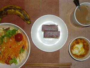カステラ×2,鶏ひき肉と玉葱のココット,サラダ,バナナ,コーヒー