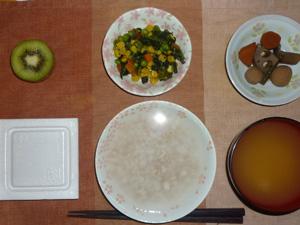 胚芽押麦入り五穀米粥,納豆,ほうれん草とミックスベジタブルのソテー,野菜の煮物,おみそ汁,キウイフルーツ