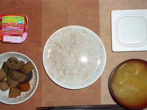 胚芽押麦入り五穀米粥,納豆,野菜の煮物,玉葱のおみそ汁,ヨーグルト