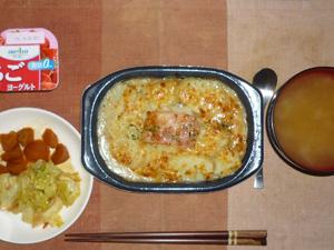 ポテトとベーコンのチーズ焼き,キャベツの炒め物,人参の煮物,玉葱のおみそ汁,ヨーグルト