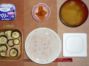 胚芽押麦入り五穀米粥,茄子のオーブン焼き,納豆,人参の煮物,ワカメのおみそ汁,ヨーグルト