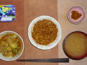 カレー粥,キャベツのニンニク炒め,鶏の唐揚げ,ワカメのおみそ汁,ヨーグルト