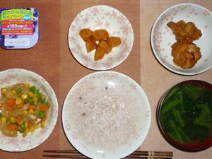 胚芽押麦入り五穀米粥,玉葱とミックスベジタブルの炒め物,鶏の唐揚げ×2,人参の煮物,ほうれん草のおみそ汁,ヨーグルト