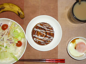 シナモンロール,サラダ,目玉焼き,バナナ,コーヒー