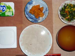 胚芽押麦入り五穀米粥,納豆,人参の煮物,ほうれん草とミックスベジタブルのソテー,おみそ汁,ヨーグルト