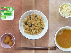 イベリコ豚チャーハン,コールスロー,鶏の唐揚げ,トマトのスープ,ヨーグルト