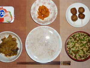 胚芽押麦入り五穀米粥,つくね×2,茄子とキャベツの味噌炒め,人参の煮物,納豆汁,ヨーグルト