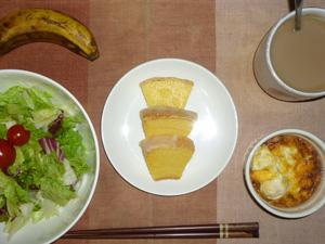 バウムクーヘン,サラダ,鶏ひき肉と玉葱のココット,バナナ,コーヒー
