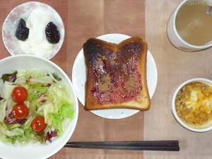 ブルーベリージャムトースト,サラダ,鶏ひき肉と玉子のココット,コーヒー,ヨーグルト