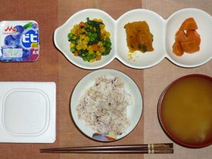 胚芽押麦入り五穀米,納豆,ほうれん草とミックスベジタブルのソテー,カボチャの煮物,ニンジンの煮物,玉葱のおみそ汁,ヨーグルト