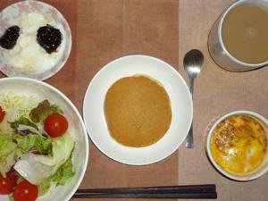 ホットケーキ,サラダ,鶏ひき肉と玉葱のココット,ヨーグルト,コーヒー