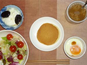 パンケーキ,サラダ,目玉焼き,ヨーグルト,コーヒー