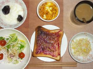 ブルーベリージャムトースト,サラダ,コールスロー,鶏ひき肉と玉葱のココット,ヨーグルト,コーヒー