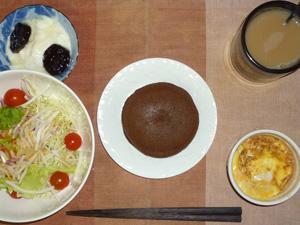 チョコパンケーキ,サラダ,玉葱と鶏ひき肉のココット,ヨーグルト,コーヒー