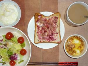 ブルーベリージャムトースト,鶏ひき肉と玉子のココット,サラダ,ヨーグルト,コーヒー