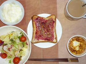 ブルーベリージャムトースト,サラダ,鶏ひき肉のココット,コーヒー,ヨーグルト