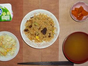 イベリコ豚の炒飯,コールスロー,人参の煮物,みそ汁,ヨーグルト