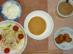 パンケーキ,サラダ,鶏の唐揚げ×2,ヨーグルト,コーヒー
