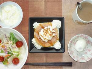 パンケーキ,ゆで卵,サラダ,ヨーグルト,コーヒー