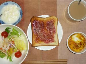 ブルーベリージャムトースト,サラダ,鶏ひき肉と玉葱のココット,ヨーグルト