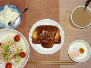 ハムロール,サラダ,目玉焼き,ヨーグルト,コーヒー