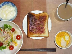 ブルーベリージャムトースト,サラダ,鶏ひき肉のココット,ヨーグルト,コーヒー