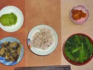 胚芽押麦入り五穀米,茄子とキャベツの蒸し炒め,鶏の唐揚げ,ほうれん草のおみそ汁,キウイフルーツ