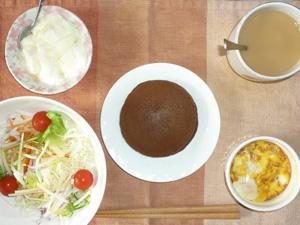 チョコパンケーキ,サラダ,鶏ひき肉と玉葱のココット,ヨーグルト,コーヒー