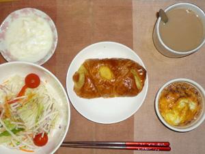 マロンリッチ,サラダ,鶏ひき肉と玉葱のココット,ヨーグルト,コーヒー