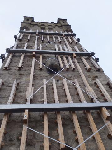 工事中の青い塔のお便所下