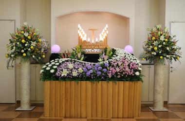 紫とピンクの洋室家族葬の花祭壇