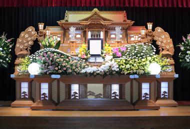 漬物屋さんのたくわん色の花祭壇「愛」