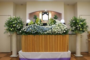 神式の洋室家族葬の花祭壇