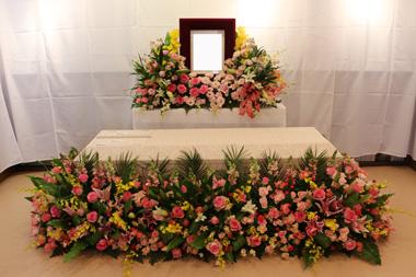 ピンクのバラをたっぷり使った棺まわり お別れ会1