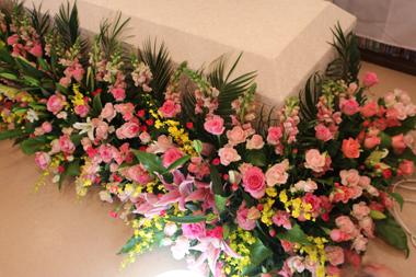 ピンクのバラをたっぷり使った棺まわり お別れ会2