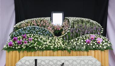 ピンクと紫と白の花祭壇