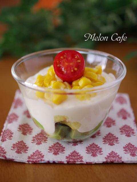 キリクリームチーズポーションで作るアボカドとコーンのチーズグラスティラミスサラダ