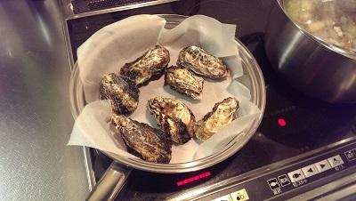 牡蠣を焼いている