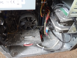 自宅PCの内部にたまったホコリを掃除しました。