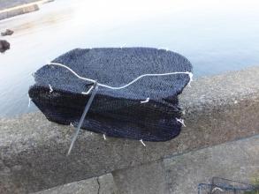 遮光ネットと100均のメッシュランドリーボックスで自作カニ網カゴを作りました♪紐はビニールハウスを抑える紐\(^o^)/2015.01.09